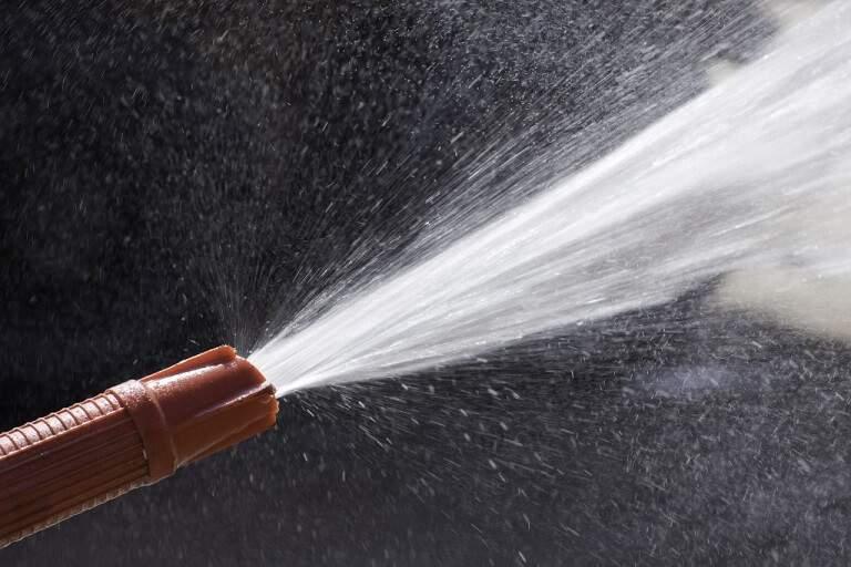 Quais são as regras para transporte de água em caminhão-pipa?
